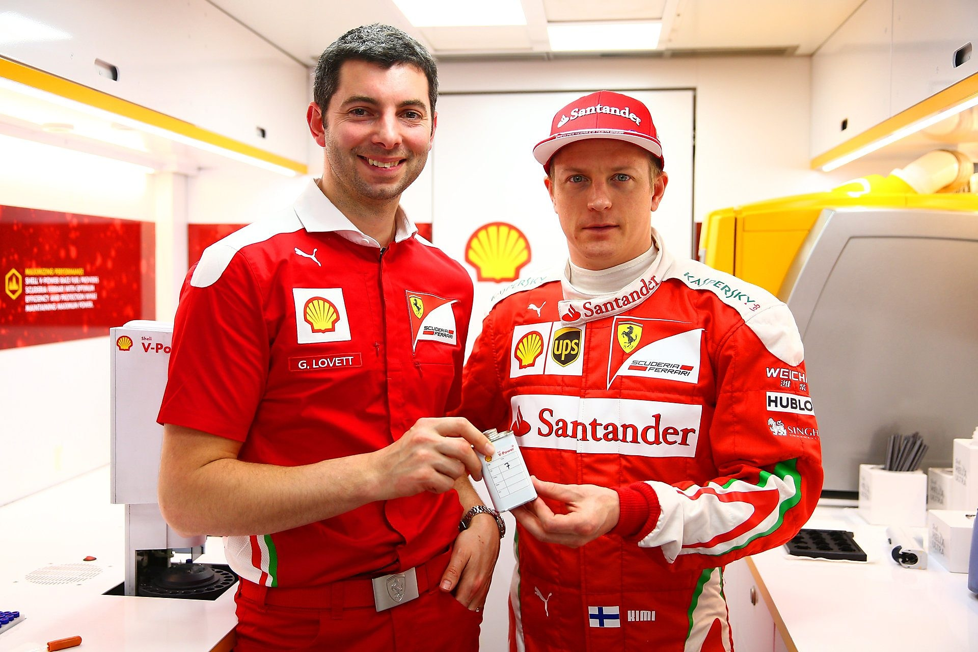 Guy Lovett ve Kimi Raikkonen shell v-power'ı tanıtıyor